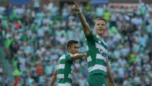 Furch celebra con su afición el gol contra Atlas