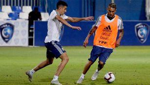 Pereyra conduce el balón en entrenamiento de Argentina