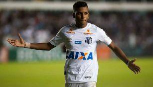 Rodrygo durante un partido con Santos