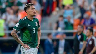 Carlos Salcedo en un partido con la Selección Mexicana