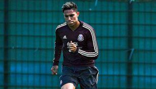 Carlos Salcedo en un entrenamiento del Tri