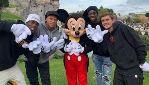 Pogba, Mbappé, Dembéle y Griezmann posan con Mickey Mouse