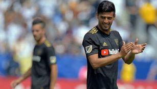 Carlos Vela disputa un duelo en la MLS con el LAFC