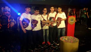 Los jugadores de Sandstorm presumen su trofeo del Circuito Clash de la LVP