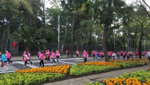 Mujeres, hombres y familias caminan para llegar a la Diana Cazadora