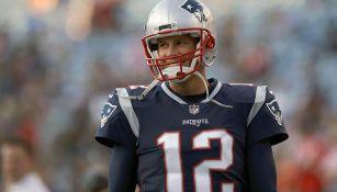 Tom Brady sonríe durante un partido de NFL