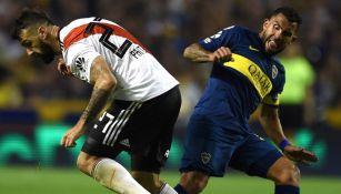 Prato y Tévez pelean un balón en el Clásico argentino