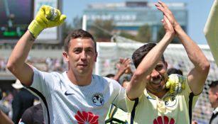 Agustín Marchesín y Oribe Peralta festejan un triunfo de América