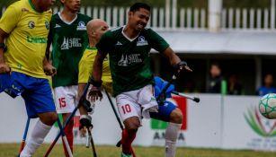 Jugadores amputados de México y Brasil disputan un balón
