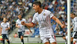 Josecarlos Van Rankin festeja un gol con Chivas