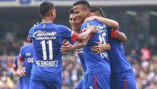 Jugadores del Cruz Azul festejando un gol ante Pumas