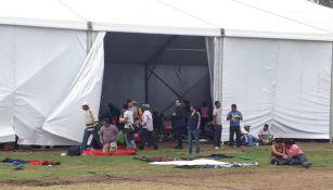 Integrantes de la caravana migrante en una carpa en la CDMX