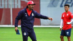 José Cardozo da indicaciones a sus jugadores durante la práctica