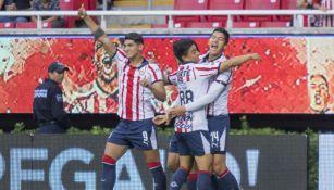Chivas festeja gol en el estadio Akron