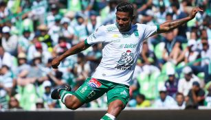 Alexander Mejía perfila disparo en juego de León