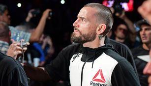 Momento en que CM Punk camina al octágono