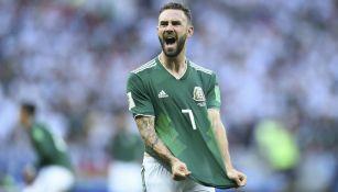 Layún festeja gol con México