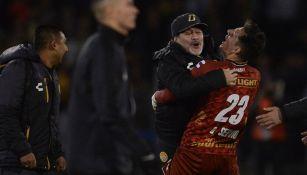 Maradona festeja con sus jugadores tras llegar a la Final