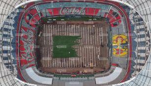 Así luce la cancha del Estadio Azteca mientras colocan el césped