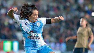 Mónica Ocampo celebra una anotación frente a Pumas