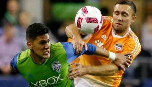 Tony Alfaro termina con el ataque del rival en un duelo con Sounders
