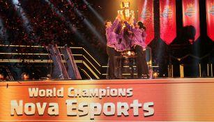 Los jugadores de Nova Esports levantan el trofeo de la CRL
