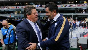 Miguel Herrera y David Patiño se saludan previo a un encuentro