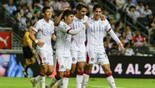 Jugadores de Chivas festejan un gol en el A2018