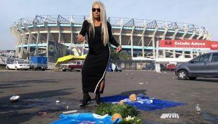 Bruja Zulema realiza su ritual en el Estadio Azteca