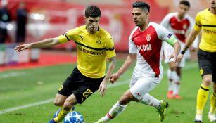 Falcao lucha por el balón contra Pulisic en partido de Champions League