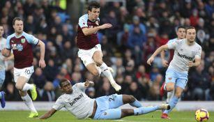 Jugadores de Burnley y West Ham disputando el balón