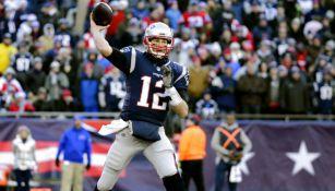 Brady hace un lanzamiento para un compañero