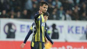 Reyes saluda durante un juego del Fenerbahçe