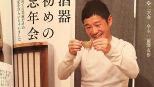 Yusaku Maezawa bebiendo un té