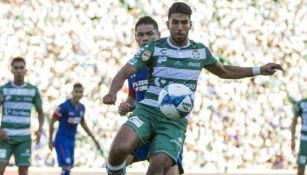 Lalo Herrera durante un juego entre Santos y Cruz Azul
