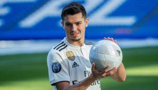 Brahim Díaz posa con un balón en el Santiago Bernabéu