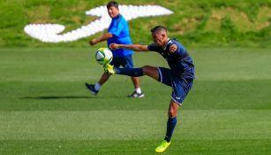 Elías Hernández controla el balón en práctica de Cruz Azul