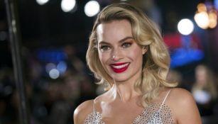 Margot Robbie sonríe durante la premier 'María, reina de Escocia'