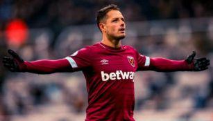 Chicharito reclama una falta en encuentro del West Ham United