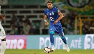 Herrera conduce un balón durante un partido