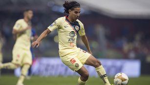Diego Lainez controla el balón en juego de América