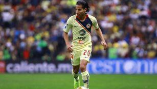 Lainez conduce el balón en encuentro de la Liga MX