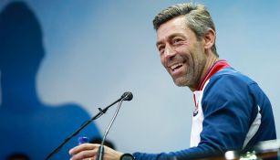 Pedro Caixinha se ríe en conferencia de prensa de Cruz Azul