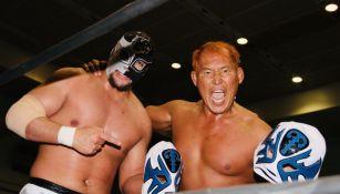 Sansón y Okumura sostienen las máscaras de los Atlantis
