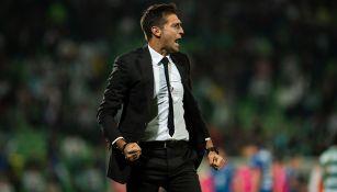 Diego Alonso festeja en juego contra Santos