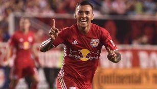 Alejandro Romero festeja un gol con el New York Red Bulls