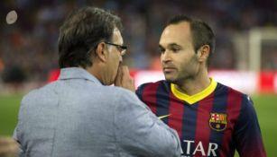 Andrés Iniesta y Gerardo Martino durante un juego del Barcelona