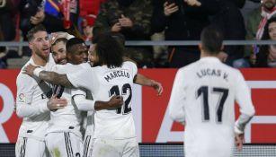 Benzema festeja con sus compañeros el gol vs Girona