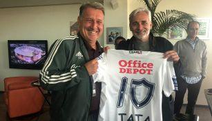 Tata Martino y Jesús Martínez con una camiseta de Tuzos