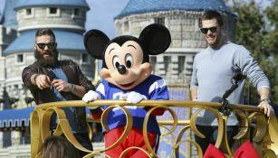 Julian Edelman y Tom Brady en Disney World
